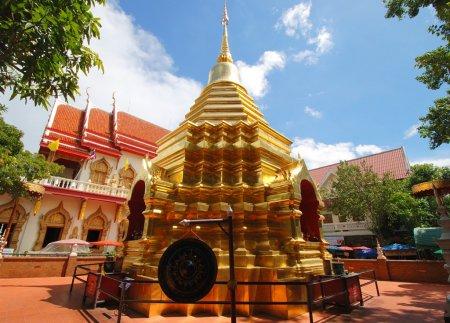 Китайский турист осквернил священные колокола тайского храма