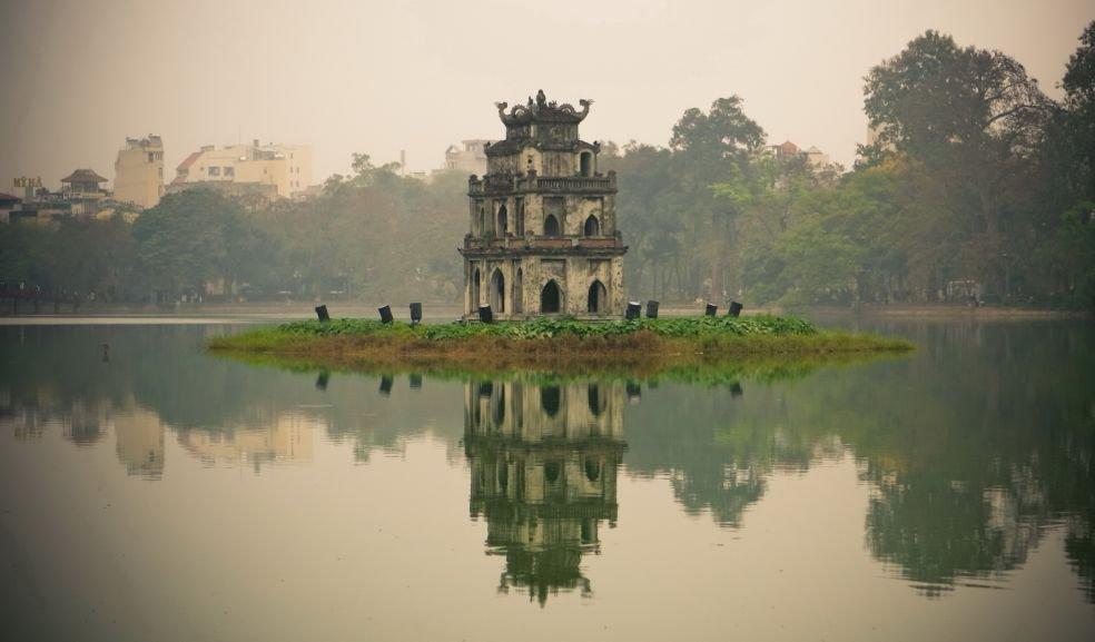 Озеро Возвращенного Меча в столице Вьетнама