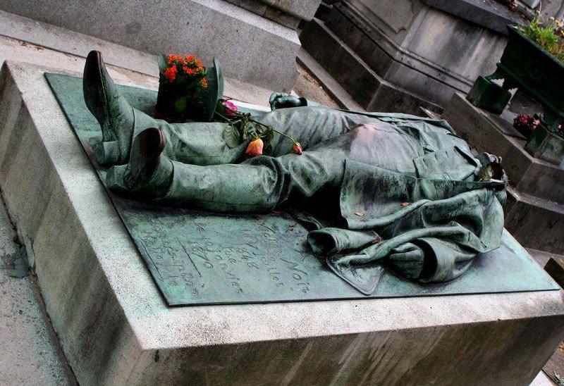 Фото лежащих палятников на кладбище