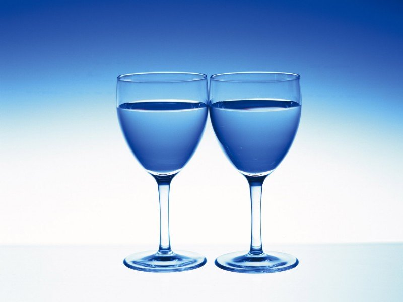 В Испании туристам предлагают новый сувенир - голубое вино