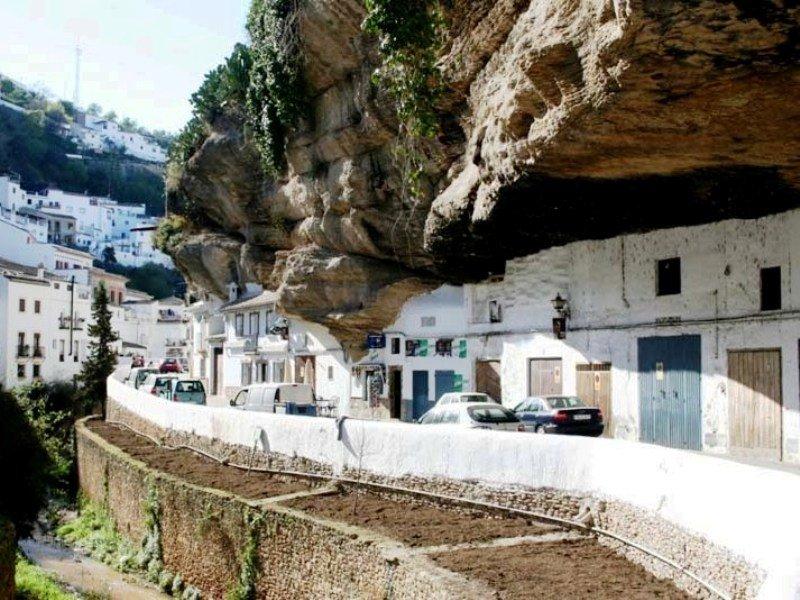 Сетениль-де-лас-Бодегас – город в скале