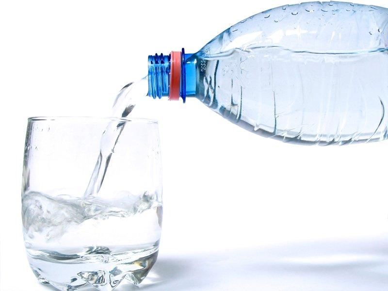 В европейских аэропортах предлагают продавать воду за один евро