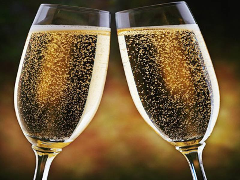 «British Airways» станет угощать шампанским пассажиров на коротких рейсах