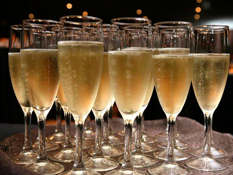 «Аэрофлот» закупает шампанского на 185 миллионов рублей