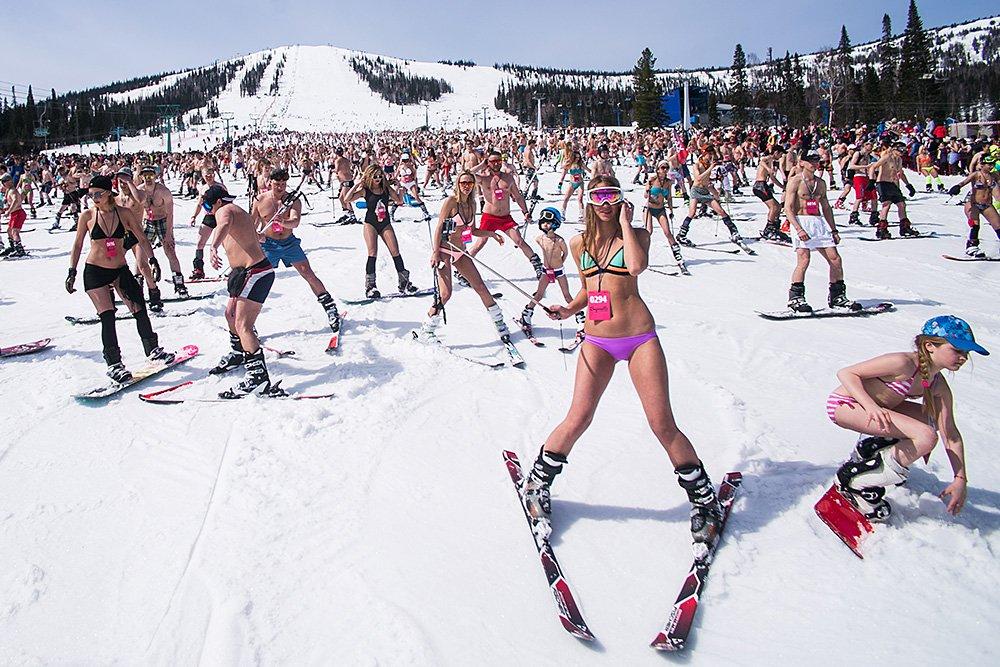 В Сочи установлен мировой рекорд массового лыжного спуска в купальниках