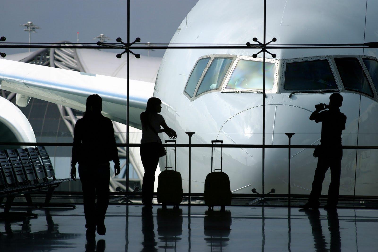 Британский аэропорт «Гатвик» заставил пассажиров самостоятельно упаковывать свой багаж